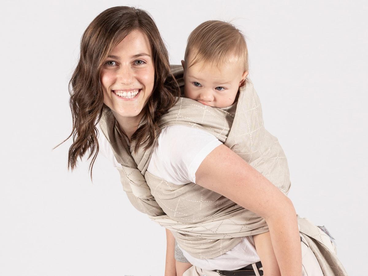 Babywearing-ul – între tradiţie şi modă