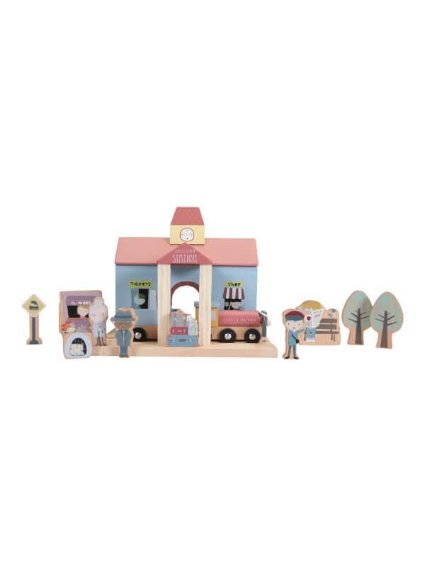 Gară cu figurine din lemn
